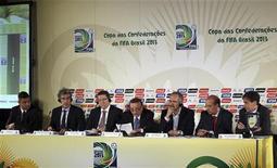 Brasil afronta una carrera contra el tiempo para completar las obras de los estadios después de que la FIFA le diera luz verde a seis ciudades para acoger partidos de la Copa Confederaciones el año que viene. En la imagen, miembros de la FIFA y del comité organizador brasileño, anuncian en una rueda de prensa en Río de Janeiro las ciudades que acogeran la Copa Confederaciones. REUTERS/Paulo Whitaker