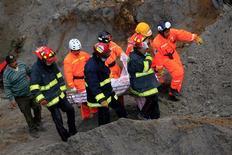 Los equipos de rescate seguían buscando el jueves supervivientes entre los escombros de viviendas colapsadas en el noroeste Guatemala, azotado el día anterior por el peor terremoto que sufre el país en décadas, y en el que murieron al menos 52 personas. En la imagen, equipos de rescate cargan el cuerpo de Cruz Abel de León, que murió durante un corrimiento de tierras provocado por un terremoto de magnitud 7,4, en El Recreo, a las afueras de San Pedro Sacatepequez, en la región de San Marcos, unos 250 km al sur de Ciudad de Guatemala, el 8 de noviembre de 2012. REUTERS/Jorge Dan Lopez