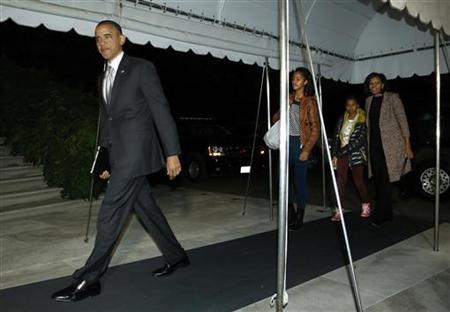 U.S. President Barack Obama, his wife Michelle and their daughters Malia (3rd R) and Sasha (2nd R) return after his re-election, to the White House in Washington November 7, 2012. REUTERS/Jonathan Ernst