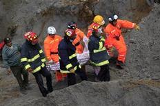 Agentes resgatam nesta quinta-feira o corpo de um homem que morreu durante um deslizamento de terra provocado pelo terremoto que atingiu a Guatemala na véspera, em El Recreo, nos arredores de San Pedro Sacatepequez, na região de San Marcos. 08/11/2012 REUTERS/Jorge Dan Lopez