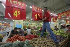 Сотрудник супермаркета меняет ценник в городе Ухань 9 сентября 2012 года. Потребительская инфляция в Китае замедлилась в октябре до самого низкого значения почти за три года, давая регуляторам возможность продолжать смягчение монетарной политики. REUTERS/Stringer
