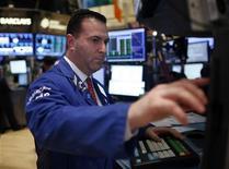 """Трейдер Barclays работает в торговом зале фондовой биржи в Нью-Йорке, 6 ноября 2012 года. Американские акции снизились в четверг второй день подряд, так как все внимание инвесторов обращено на угрозу """"финансового обрыва"""" в США. REUTERS/Chip East"""