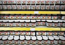 <p>Ferrero n'entend pas modifier pas la recette du Nutella même si le parlement français vote un amendement multipliant par quatre la taxe sur l'huile de palme, qui entre dans la composition de la célèbre pâte à tartiner, selon le directeur général pour la France du groupe italien. /Photo d'archives/REUTERS/Dado Ruvic</p>