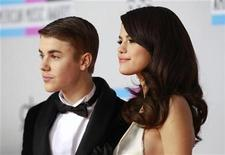 Singer Selena Gomez (R) and Justin Bieber, pose on arrival at the 2011 American Music Awards in Los Angeles November 20, 2011. REUTERS/Danny Moloshok