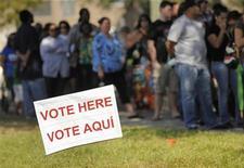 """<p>File d'attente devant un bureau de vote installé dans une église méthodiste de Kissimme, en Floride. Barack Obama s'est imposé en Floride face au républicain Mitt Romney lors du scrutin présidentiel de mardi dernier, après dépouillement de la presque totalité des suffrages, ce qui lui donne 332 voix de """"grands électeurs"""" contre 206 pour son rival. /Photo prise le 6 novembre 2012/REUTERS/Scott A. Miller</p>"""