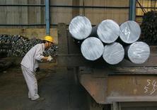 Trabalhador transporta barras de aço em fábrica siderúrgica em Wuhan, na China, em outubro de 2009. O grupo Wuhan Iron and Steel, quarto maior produtor de aço na China, suspendeu os planos para construir uma usina siderúrgica no Brasil após negociações para um investimento em infraestrutura terem fracassado. 12/10/2009 REUTERS/Stringer