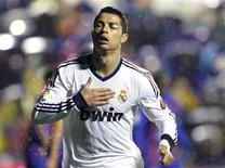 El delantero del Real Madrid Cristiano Ronaldo se someterá a varias pruebas en una clínica de la capital madrileña después de sufrir una llamativa herida encima del ojo izquierdo en la victoria madridista del domingo por 2-1 frente al Levante, dijo su entrenador José Mourinho. En la imagen, de 11 de noviembre, Cristiano Ronaldo celebra el gol que le endosó al Levante. REUTERS/Heino Kalis