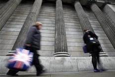 <p>Les bonus des employés du secteur financier londonien vont être divisés par plus de deux en 2012, à 1,6 milliard de livres (1,9 milliard d'euros), après une année marquée par le ralentissement des affaires et une fronde de l'opinion publique contre les hauts salaires, selon une étude publiée lundi par le Centre for Economics and Business Research. /Photo d'archives/REUTERS/Andrew Winning</p>