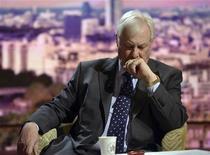 Presidente do BBC Trust, Chris Patten, aguarda para falar no programa pol[itico de Andrew Marr nos estúdios da BBC, em Londres. Dois dos mais altos funcionários da BBC News deixaram o cargo nesta segunda-feira, um dia depois que o presidente do conselho ter declarado ser necessária uma mudança radical para sobrevir ao escândalo de abuso sexual infantil. 11/11/2012 REUTERS/Jeff Overs/BBC/Divulgação