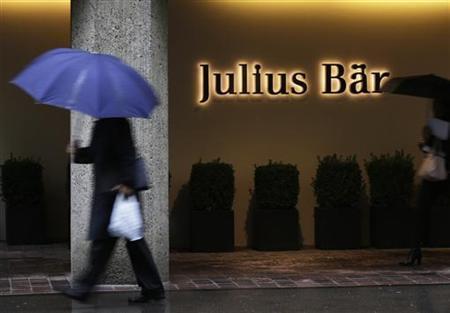 People walk past the headquarters of Swiss bank Julius Baer in Zurich October 9, 2012. REUTERS/Michael Buhozler