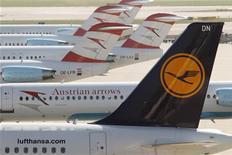 La Unión Europea congelará con condiciones la ley que obligaba a todas las aerolíneas a pagar por sus emisiones de dióxido de carbono en vuelos hacia y desde aeropuertos de Europa, dijo el lunes la comisaria de Clima de la UE, Connie Hedegaard. En la imagen, la cola de un avión de Lufthansa junto a otros aparatos de Arrows en un aeropuerto de Viena el 7 de septiembre de 2012. REUTERS/Heinz-Peter Bader