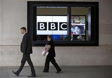 Telas mostrando notícias são vistas através de janela da BBC, em Londres. A chefe de notícias da British Broadcasting Corporation (BBC) renunciou nesta segunda-feira depois que um programa acusando falsamente um ex-político de abuso de crianças provocou uma das piores crises dos 90 anos de história da emissora pública. 12/11/2012 REUTERS/Neil Hall