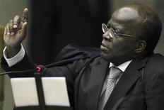 Ministro Joaquim Barbosa reage durante julgamento do mensalão no Supremo Tribunal Federal, em Brasília. O julgamento do chamado mensalão deve se estender até dezembro, mais de quatro meses depois de seu início. 23/10/2012 REUTERS/Ueslei Marcelino