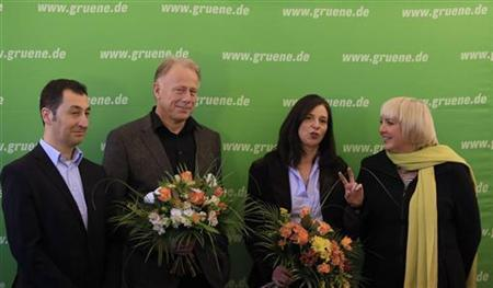 Leaders of Germany's environmental Greens Party (Die Gruenen) Claudia Roth (R) and Cem Oezdemir (L) pose with their party members Katrin Goering-Eckardt and Juergen Trittin before a party board meeting in Berlin November 12, 2012. REUTERS/Tobias Schwarz