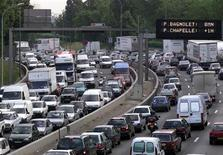 <p>La vitesse devrait être abaissée de 80 à 70 km/h sur le boulevard périphérique de Paris dans les prochains mois et de nouvelles zones limitées à 30 km/h pourraient simultanément voir le jour dans la capitale. /Photo d'archives/REUTERS/Charles Platiau</p>