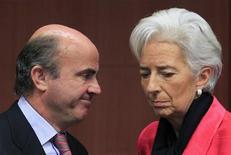 El ministro español de Economía dijo el lunes que los objetivos de reducción de déficit han de tener en cuenta la recesión en Europa, en un momento en el que muchos analistas consideran complicado que España cumpla las metas comprometidas con Bruselas dada la grave recesión que afronta. En la imagen, De Guindos habla con la directora gerente del FMI, Christine Lagarde, en Bruselas el 12 de noviembre de 2012. REUTERS/Yves Herman