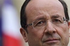 <p>Selon trois sondages diffusés lundi, François Hollande voit sa popularité se stabiliser après des baisses continues depuis son élection, tandis que Jean-Marc Ayrault souffre d'un manque de visibilité de l'action gouvernementale. /Photo prise le 12 novembre 2012/REUTERS/Philippe Wojazer</p>