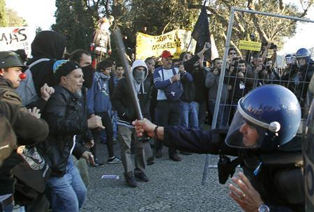 Merkel, in anxious Lisbon, hails austerity drive