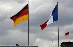 <p>Le gouvernement français s'efforce de minimiser les différends entre Paris et Berlin sur la politique économique menée par la France face à des responsables allemands qui ne cachent plus leur inquiétude sur l'absence de réformes structurelles. Paris met partiellement les critiques sur le compte de la campagne pour les élections de 2013 en Allemagne. /Photo d'archives/REUTERS/Tobias Schwarz</p>