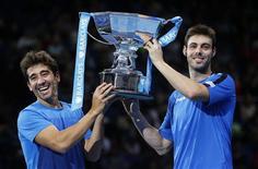 Marcel Granollers y Marc López se convirtieron el lunes en la primera pareja española en ganar el título de dobles en las finales del ATP Tour en 37 años gracias a una ajustada victoria sobre la dupla india formada por Mahesh Bhupathi y Rohan Bopanna. En la imagen, los españoles Granollers (derecha) y López sostienen el trofeo que les acredita como campeones de dobles en las finales del ATP Tour tras derrotar a los indios Bhupathi y Bopanna en el O2 Arena de Londres, el 12 de noviembre de 2012. REUTERS/Suzanne Plunkett