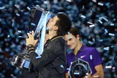 O sérvio Novak Djokovic beija troféu após derrotar Roger Federer no ATP World Tour em Londres nesta segunda-feira. REUTERS/Dylan Martinez