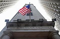 Вид на здание Нью-Йоркской фондовой биржи 5 ноября 2012 года. Американские фондовые рынки завершили сессию понедельника разнонаправленно, в то время как инвесторы ждут договоренностей, которые помогут избежать финансового кризиса. REUTERS/Chip East