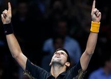 El tenista serbio Novak Djokovic asentó el lunes su posición como número uno del mundo al derrotar al suizo Roger Federer por 7-6 y 7-5 para quedarse con el título de la final del ATP World Tour, antes conocido como Torneo de Maestros y que cierra la temporada. En la imagen, el serbio Novak Djokovic celebra su victoria sobre el suizo Roger Federer en el último partido de las finales del ATP World Tour en el estadio O2 Arena de Londres, el 12 de noviembre de 2012. REUTERS/Suzanne Plunkett