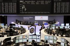 Трейдеры на фондовой бирже во Франкфурте-на-Майне 12 ноября 2012 года. Европейские рынки акций открылись снижением. REUTERS/Remote/Tobias Schwarz