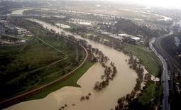 Un tratto del fiume Tevere in piena. REUTERS/Protezione Civile/Handout