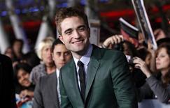 """Miles de fans gritaban y hacían fila en la alfombra negra el lunes por la noche para el estreno del final de """"Crepúsculo"""", mientras el elenco de """"Amanecer - Parte 2"""" decía adiós a la franquicia y a sus leales seguidores. En la imagen, de 12 de noviembre, el actor de """"Crepúsculo"""" Robert Pattinson en Los Ángeles. REUTERS/Mario Anzuoni"""