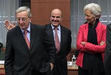 Un enfrentamiento entre los acreedores internacionales sobre cuánto tiempo se debe dar a Grecia para que su deuda se sitúe en un nivel sostenible relanzó el martes los temores a que la crisis de deuda de la zona euro pueda estallar de nuevo. En la imagen, el ministro de Finanzas español Luis de Guindos (C), el primer ministro de Luxemburgo y presidente del Eurogrupo Jean-Claude Juncker (I) y la directora gerente del Fondo Monetario Internacional Christine Lagarde durante una reunión del Eurogrupo en Bruselas, el 12 de noviembre de 2012. REUTERS/Yves Herman