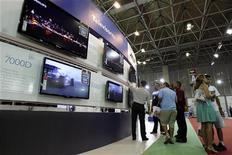 Consumidores observam televisores em megaloja da Casas Bahia no Rio de Janeiro. As vendas no varejo brasileiro registraram em setembro a quarta expansão mensal seguida ao subirem 0,3 por cento, na comparação com agosto, puxadas pelo setor de supermercado e dentro das expectativas do mercado. 04/12/2009 REUTERS/Sergio Moraes
