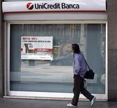Мужчина проходит мимо отделения банка Unicredit в Милане 10 октября 2008 года. Крупнейший итальянский банк по объему активов, UniCredit, получил 335 миллионов евро ($425,82 миллиона) чистой прибыли в третьем квартале, намного превзойдя ожидания аналитиков, за счет доходов от торговых операций и сокращения издержек. REUTERS/Stefano Rellandini