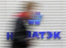 Мужчина проходит мимо офиса Новатэка в Москве 16 сентября 2012 года. Крупнейшая частная газодобывающая компания РФ Новатэк может выпустить еврооблигации на $1 миллиард или незначительно большую сумму, сказал в ходе телеконференции глава и совладелец компании Леонид Михельсон. REUTERS/Maxim Shemetov