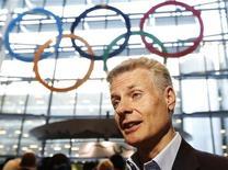 Los acuerdos de patrocinio y los beneficios por la venta de alrededor de 11 millones de entradas ayudaron a los organizadores de los Juegos de Londres a superar su objetivo de alcanzar los 2.400 millones de libras (3,8 millones de euros) de ingresos con la organización de los Juegos Olímpicos y Paralímpicos. En la imagen, Paul Deighton habla durante una intervención previa a los Juegos el pasado 20 de junio. REUTERS/Luke MacGregor