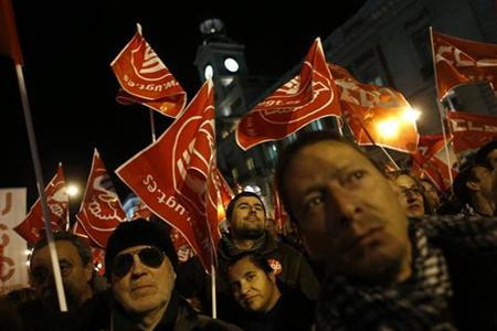 People attend a union rally on the eve of a general strike at Madrid's Puerta del Sol square November 13, 2012. Spain's two largest labour unions have called for a general strike on November 14, the second against the conservative government since they took power in December and coinciding with industrial action in Portugal on the same day. REUTERS/Susana Vera (SPAIN - Tags: BUSINESS EMPLOYMENT CIVIL UNREST POLITICS)