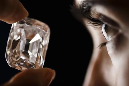 11月13日、欧州の貴族ハプスブルク家のヨーゼフ大公が所有していた76.02カラットのダイヤモンドが、スイス・ジュネーブで開かれたオークションに出品され、2035万5000スイスフラン(約17億円)で落札された。ジュネーブで8日撮影(2012年 ロイター/Valentin Flauraud)