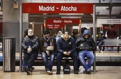 """Пассажиры ждут поезда на мадридской станции """"Аточа"""" во время 24-часовой забастовки 14 ноября 2012 года. Испанские и португальские рабочие проведут в среду первую совместную забастовку по всему Пиренейскому полуострову, протестуя против сокращения госрасходов и повышения налогов. REUTERS/Paul Hanna"""