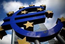 La apelación bruta de la banca española al Banco Central Europeo bajó en octubre a 366.934 millones de euros desde los 399.927 millones registrados en septiembre, según los datos divulgados el miércoles por el Banco de España. En esta imagen de archivo, el símbolo del euro frente a la sede del Banco Central Europeo en Fráncfort, el 6 de noviembre de 2012. REUTERS/Lisi Niesner