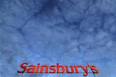 Логотип Sainsbury's на крыше супермаркета в Лондоне, 11 января 2012 года. Прибыль третьей по размеру сети супермаркетов Британии J Sainsbury в первом полугодии выросла на 5,4 процента в годовом выражении и превзошла прогнозы за счет развития подразделений онлайн-торговли и магазинов шаговой доступности. REUTERS/Stefan Wermuth