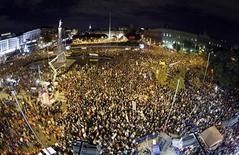 Millones de ciudadanos españoles celebraron el miércoles la segunda huelga general en ocho meses con un seguimiento desigual, algunos incidentes en la capital y la esperanza de que las protestas consigan reconducir las duras políticas de austeridad dictadas por la crisis. En la imagen, vista general de la manifestación en Madrid el 14 de noviembre de 2012. REUTERS/Sergio Pérez