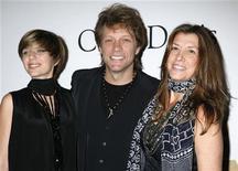 Stephanie Bongiovi (E) é vista ao lado de seus pais, o cantor Jon Bon Jovi, e Dorothea Rose Hurley em 2010 durante evento em Beverly Hills, nos EUA. A filha do roqueiro foi detida nesta quarta-feira por porte de drogas no Estado de Nova York, após sofrer uma aparente overdose de heroína, segundo a polícia local. 30/01/2010 REUTERS/Jason Redmond