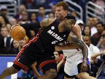 Chris Paul y Los Ángeles Clippers superaron la mayor prueba en lo que va de temporada con un estilo triunfal el miércoles, explotando tras el descanso para sentenciar a los actuales campeones de la NBA Miami Heat por 107-100. En la imagen, de 14 de noviembre, LeBron James disputa un balón frente a Blake Griffin en el partido de la NBA que enfrentó a los Heat con los Clippers. REUTERS/Lucy Nicholson