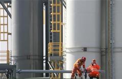Рабочие на нефтяной платформе, части Кашаганского месторождения, в Каспийском море 11 октября 2012 года. Казахстан намерен продлить запрет на экспорт светлых нефтепродуктов, действовавший весь этот год, и в следующем, сказал представитель госкомпании Казмунайгаз-Переработка и Маркетинг. REUTERS/Robin Paxton