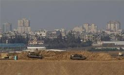 Carriarmati israeliani vicino al confine con Gaza. REUTERS/Ronen Zvulun