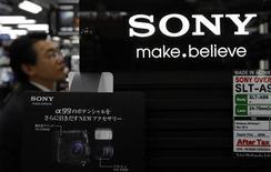 Las acciones de Sony cayeron más de un 8 por ciento el jueves, un día después de que el fabricante de equipos electrónicos dijera que recaudaría 150.000 millones de yenes (1.491 millones de euros) a través de la venta de bonos convertibles para financiar una serie de inversiones. En la imagen, el logo de Sony en Tokio el 15 de noviembre de 2012. REUTERS/Toru Hanai