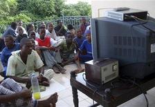 Las empresas europeas de televisión por satélite están gastando millones de euros para ofrecer cobertura en África, apostando porque una creciente riqueza supondrá un aumento de la demanda de televisión digital.En esta imagen de archivo, gente sentada para ver el partido inaugural del Mundial de fútbol de Sudáfrica, el 11 de junio de 2010. REUTERS/Feisal Omar