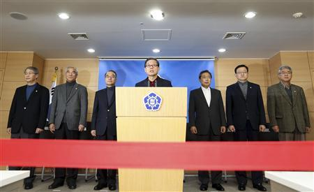 South Korean Prime Minister Kim Hwang-sik (C) releases a statement during a live broadcast regarding the government's power supply and demand policies for the peak winter season at the Integrated Government Complex in Seoul November 16, 2012. REUTERS/Lim Heon-Jeong/Yonhap