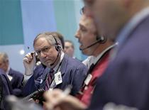 Operatori di borsa a lavoro nel corso di una seduta. REUTERS/Brendan McDermid