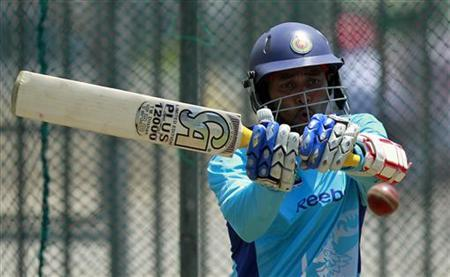 Sri Lanka's Tillakaratne Dilshan plays a shot during a practice session ahead of their first test cricket match against England, in Galle March 25, 2012. REUTERS/Dinuka Liyanawatte/Files